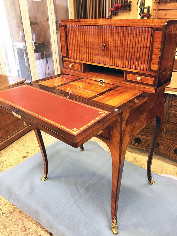 Bureau de dame et cuir sur écritoire