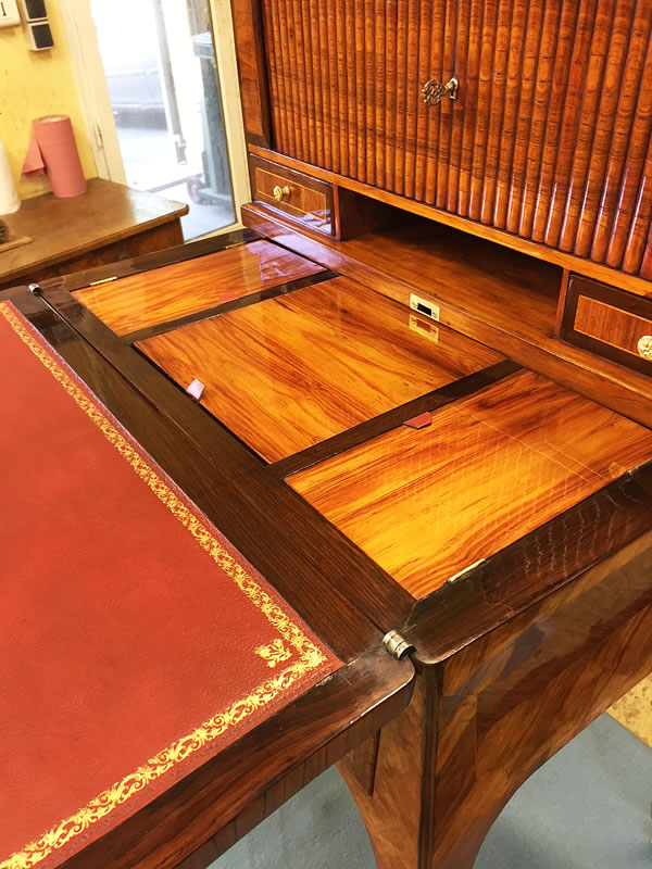 Bureau de dame avec rideau coulissant et cuir sur son écritoire
