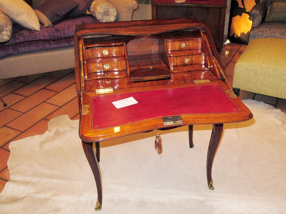 Pose d'un cuir patiné sur un bureau Louis XV
