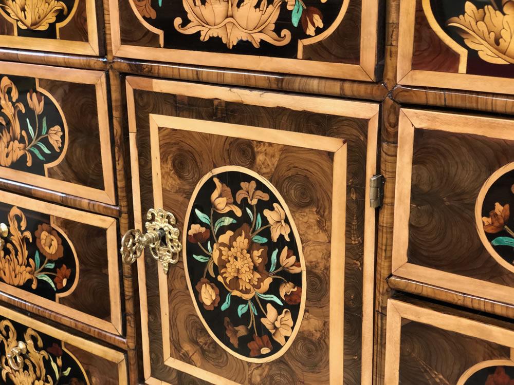 Détails de la marqueterie avec décor de fleurs et de feuilles d'acanthe