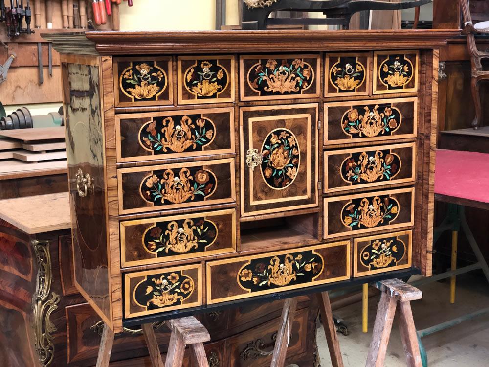 Meuble cabinet avec tiroirs agrémentés d'un décor en marqueterie