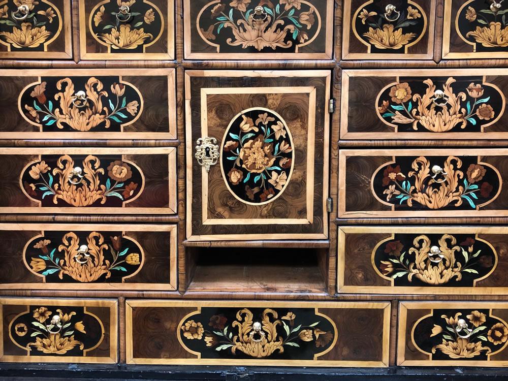 Détail des tiroirs marquetés avec des placages de buis, sycomore et hêtre