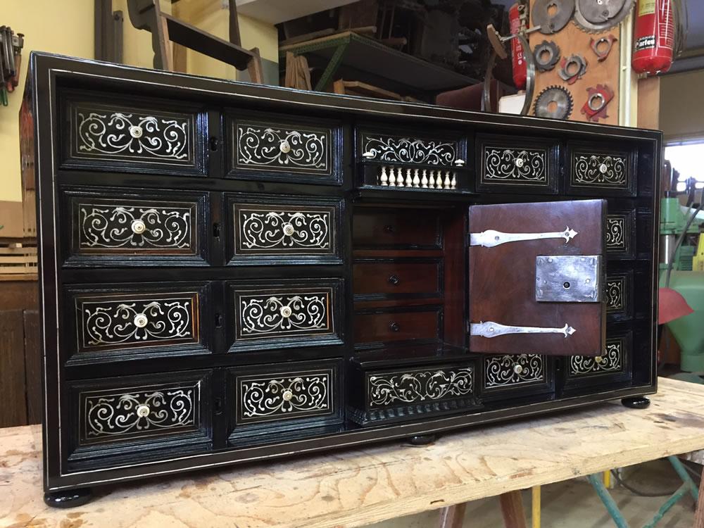 Restauration d'un cabinet en marqueterie d'os et placage d'ébène