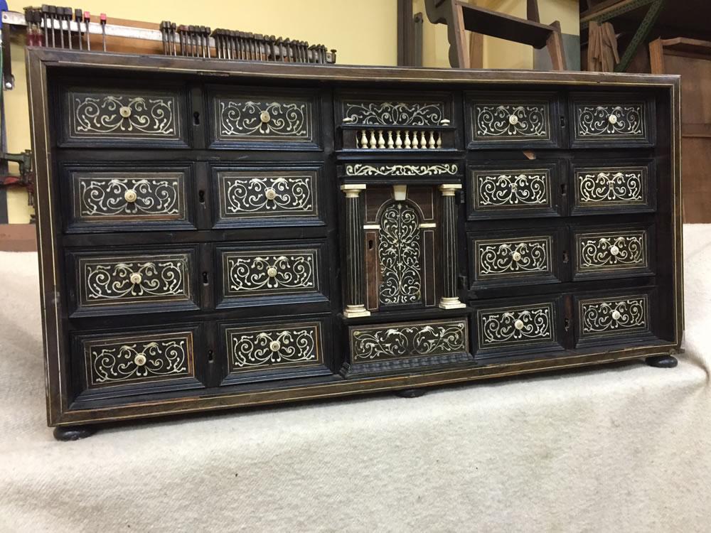 Meuble cabinet avec décors absents ou endommagés