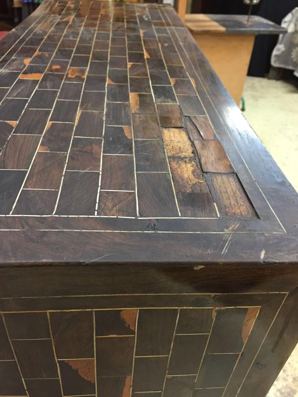 Meuble cabinet ancien avec placages manquants
