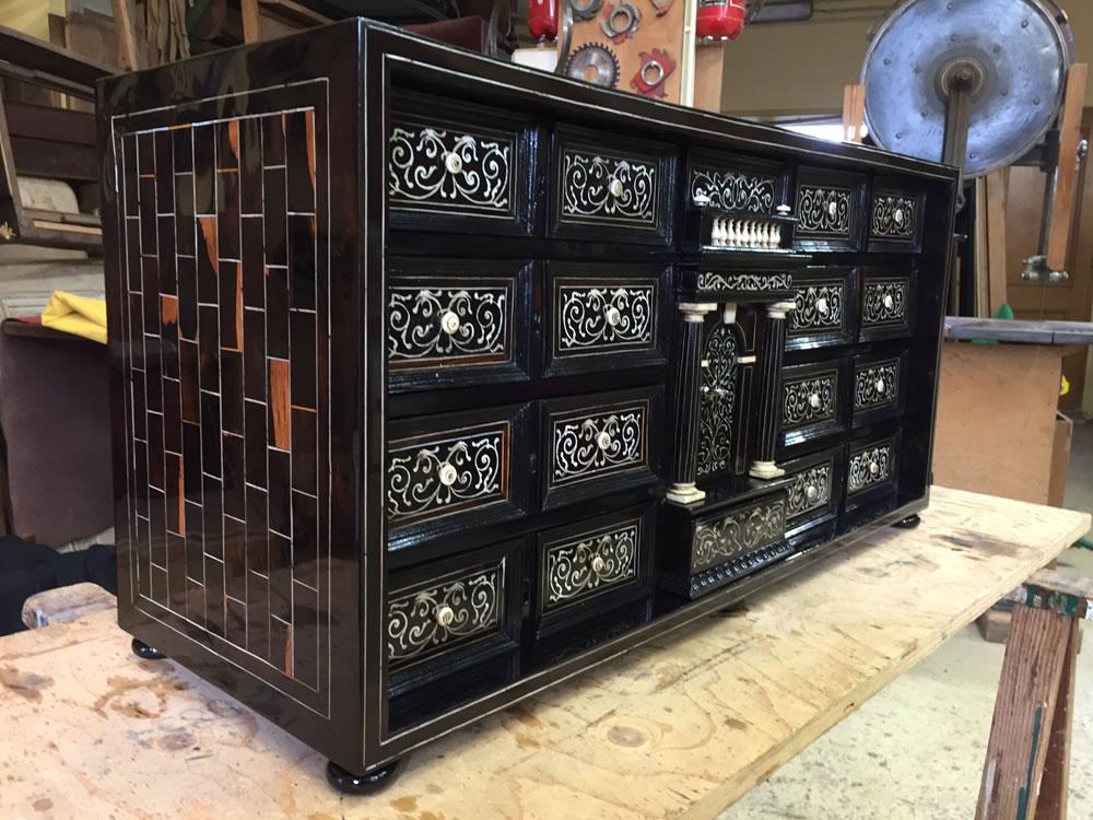 Meuble cabinet après restauration de la marqueterie et finitions