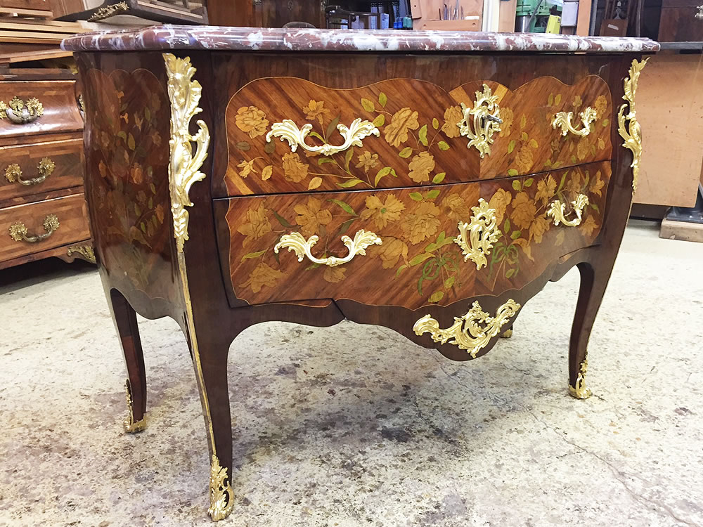 Restauration d'une commode Louis XV estampillée Christophe Wolff