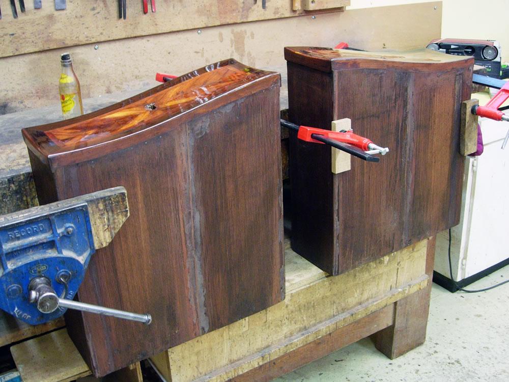 Vernis au tampon sur les façades des tiroirs
