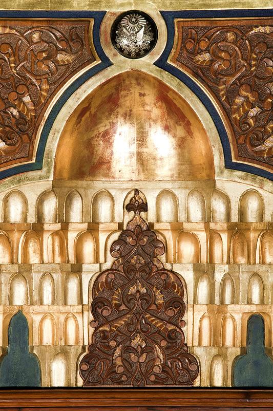 Dorure sur un meuble ottoman