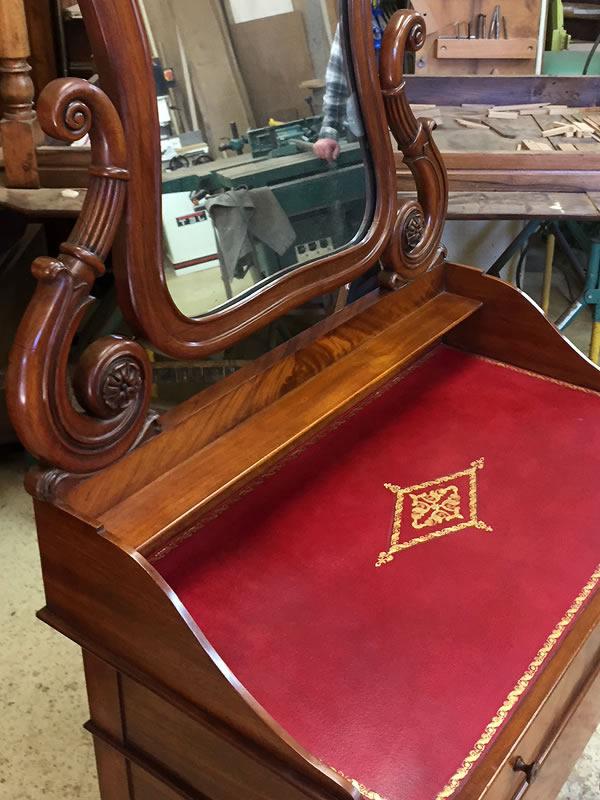 Pose de cuir sur meubles anciens