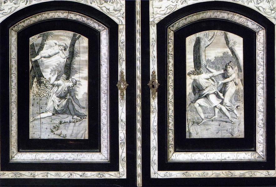 Ornementations en ivoire gravé sur cabinet d'ébène