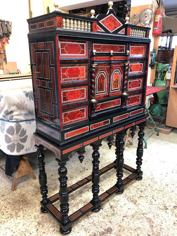 Restauration d'un meuble cabinet 17ème en écailles de tortue