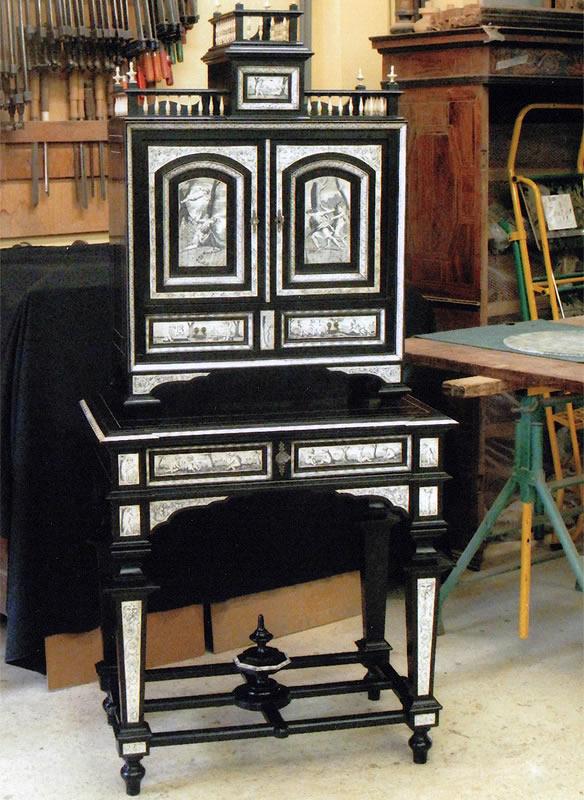 Meuble cabinet ébène et ivoire après restauration