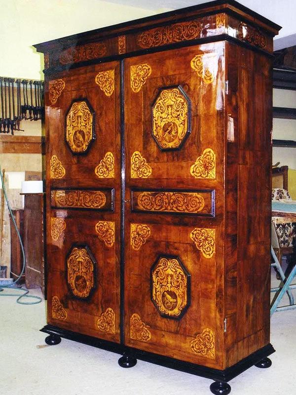 Restauration d'une armoire en marqueterie de fleurs Renaissance