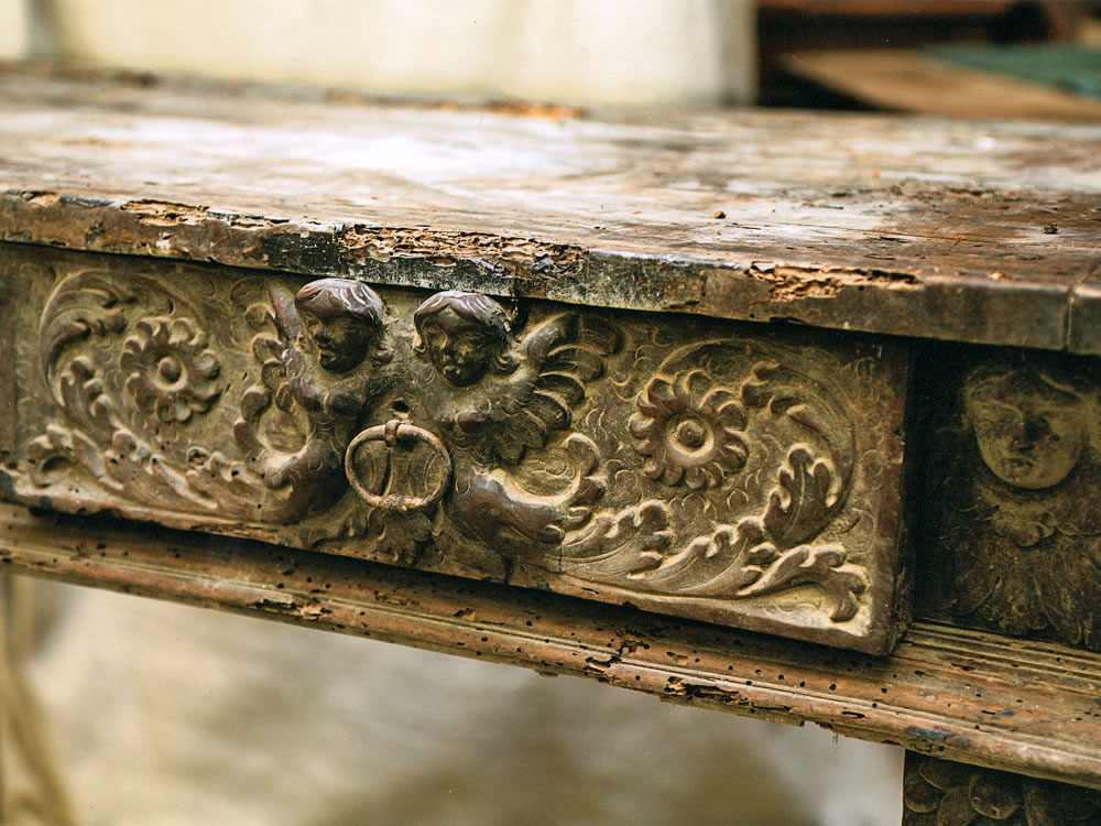 Détail d'un buffet Renaissance en bois massif sculpté