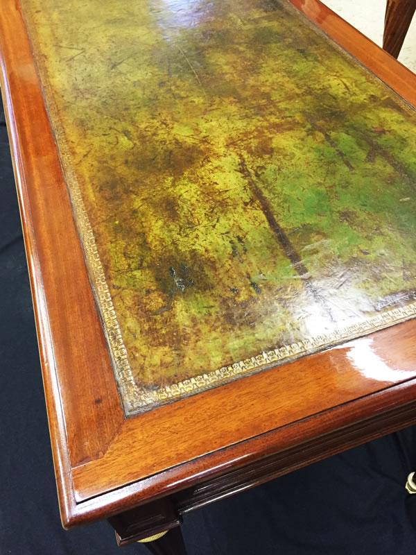 Patine du cuir et finition vernis au tampon du bureau en acajou