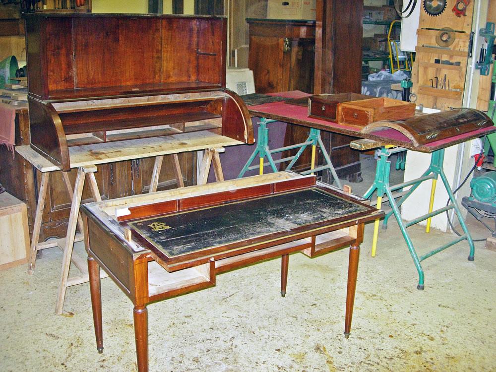 Démontage d'un bureau ancien pour sa restauration