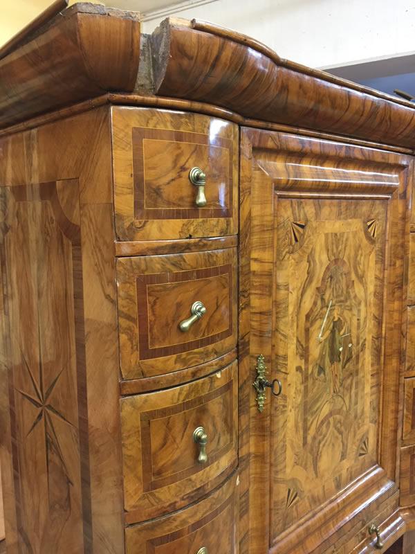 Meuble cabinet en cours de restauration