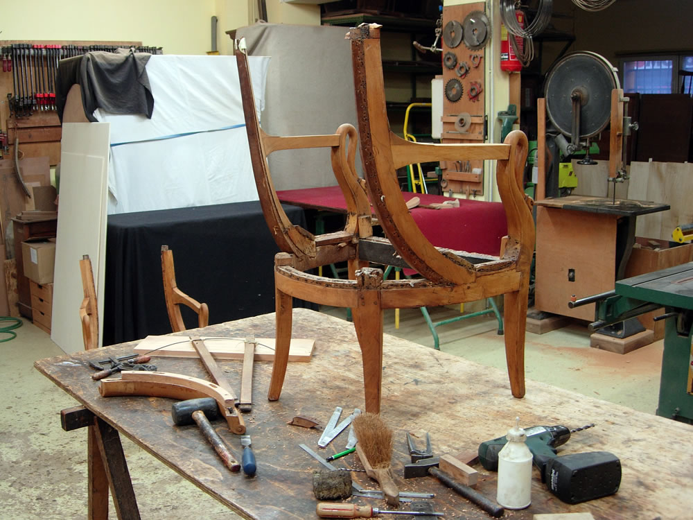 Restauration d'un fauteuil d'époque Directoire en merisier