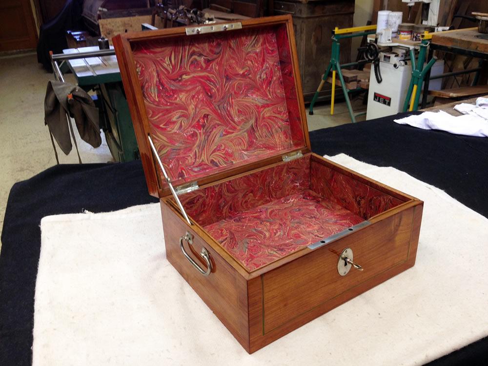 Coffret ancien en bois de rose garni de papier reliure