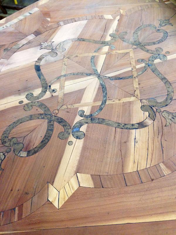 Marqueterie en bois d'olivier de prunier avec des réserves en loupe de thuya