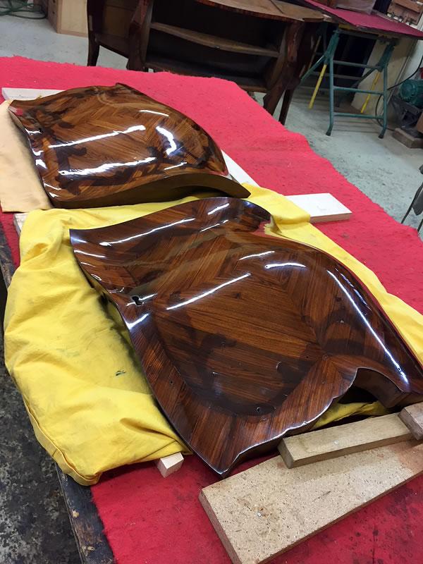 Démontage des bronzes, restauration des placages et vernis au tampon