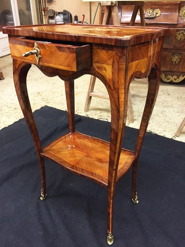 Petite table de salon marquetée après restauration