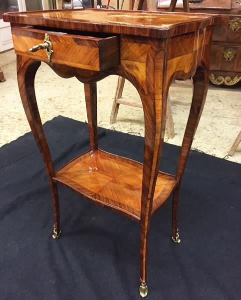 Restauration d'une petite table de salon en marqueterie