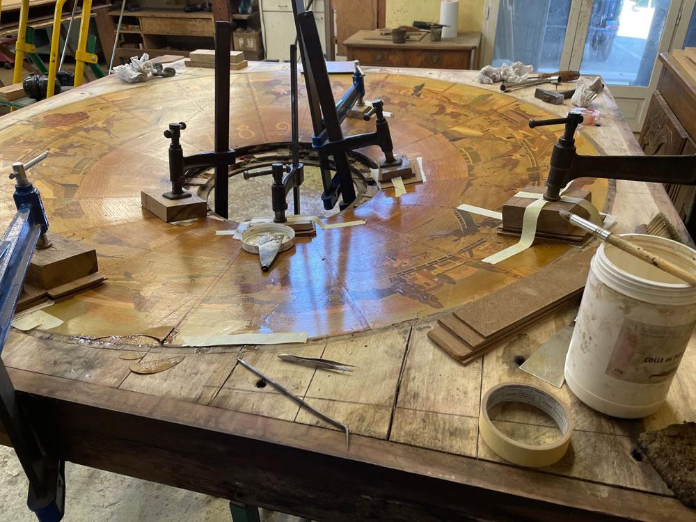 Restauration des placages d'une table de jeux