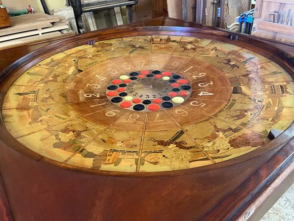 Roulette de jeux en marqueterie après restauration