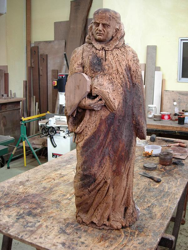 Statue en bois vermoulue avant restauration
