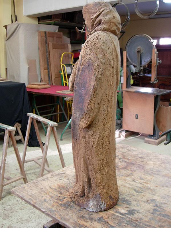 Statue en bois très dégradée
