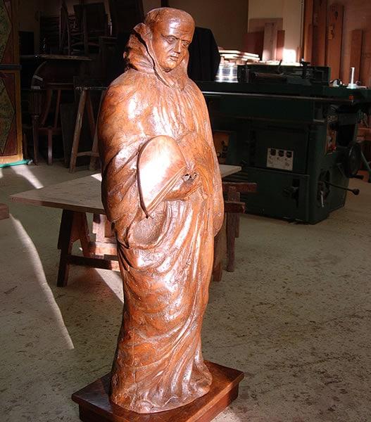 Statue ancienne en bois massif après restauration