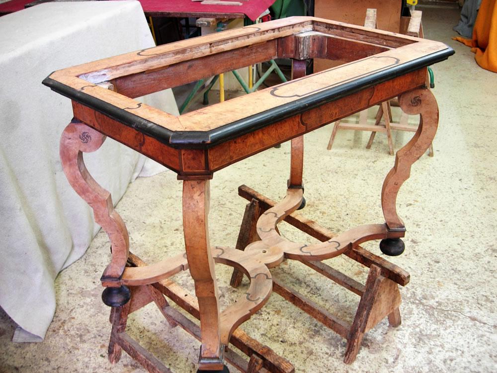 Table marquetée Hache en cours de restauration