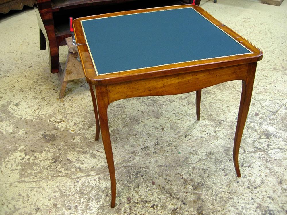 Pose d'un tapis sur une table à jeu