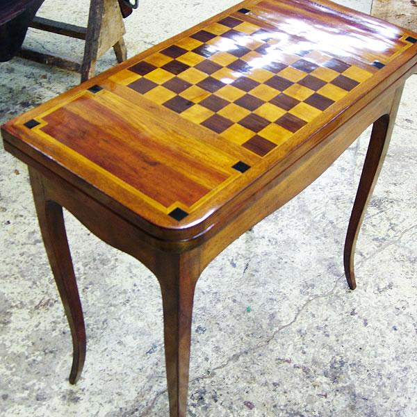 Restauration d'une table à jeu ancienne et sa marqueterie