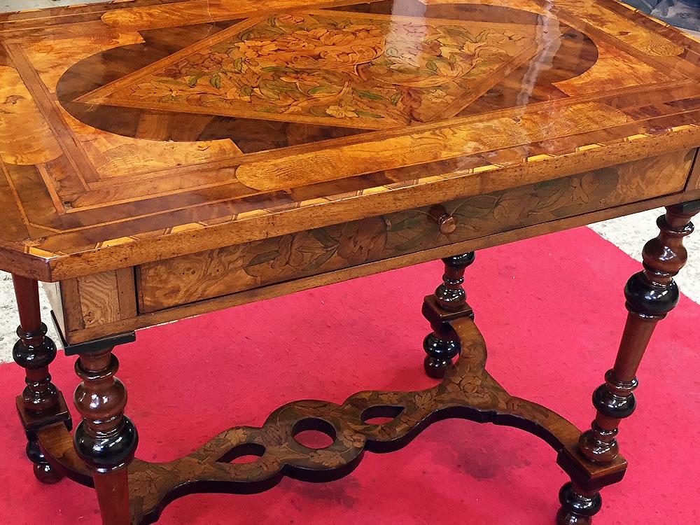 Restauration d'une table du 17ème siècle en marqueterie