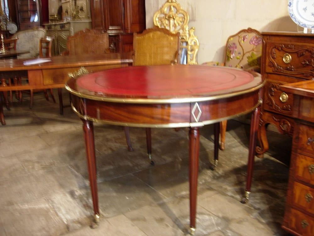 Table ronde ancienne et dessus cuir rouge
