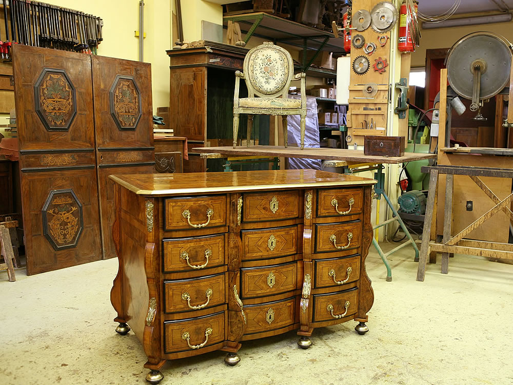 Restoration of antique furniture Avignon workshop